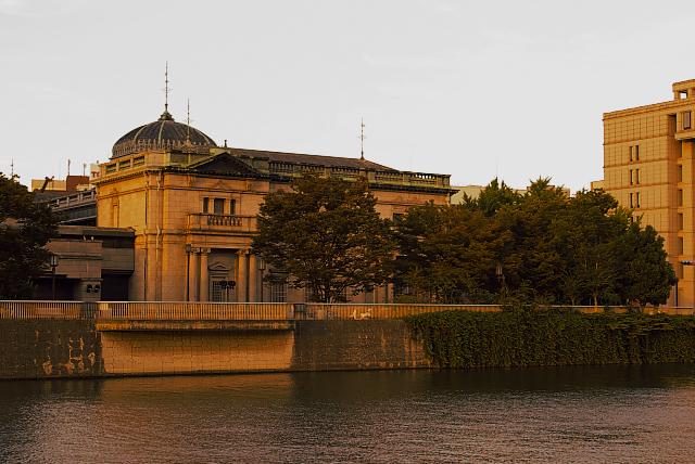 日本銀行、日没時