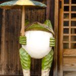 篠山の蕎麦屋前のカエル
